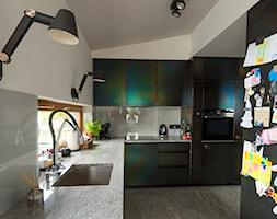 Sadyba 110 - Średnia zamknięta biała kuchnia w kształcie litery l z oknem, styl nowoczesny - zdjęcie od Łukasz Milewski Architekt - Homebook