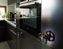Sadyba 110 - Średnia biała kuchnia w kształcie litery l w aneksie z oknem, styl nowoczesny - zdjęcie od Łukasz Milewski Architekt - Homebook