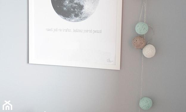 cotton balls na szarej ścianie