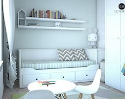 POKÓJ DZIECI - Mały szary pokój dziecka dla dziewczynki dla malucha, styl skandynawski - zdjęcie od ELITE HOME