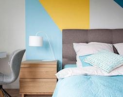 Mieszkanie Sokołówka - Mała szara niebieska żółta sypialnia małżeńska, styl nowoczesny - zdjęcie od Hanna Pietras Pracownia Architektoniczna