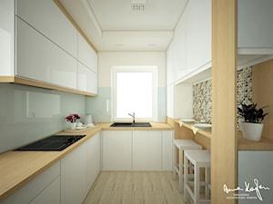 Projekt strefy dziennej w domu jednorodzinnym - Średnia zamknięta wąska biała kolorowa kuchnia w kształcie litery l w aneksie z oknem - zdjęcie od Anna KarJan Pracownia architektury wnętrz
