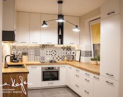 Strefa dzienna, mieszkanie - Średnia otwarta biała czarna kuchnia w kształcie litery u w aneksie z oknem, styl skandynawski - zdjęcie od Anna KarJan Pracownia architektury wnętrz