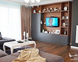 Dom jednorodzinny, Strefa dzienna - Średni beżowy czarny salon z bibiloteczką - zdjęcie od Anna KarJan Pracownia architektury wnętrz