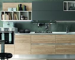 Kuchnia - Średnia otwarta szara zielona kuchnia jednorzędowa w aneksie, styl włoski - zdjęcie od italiastyle