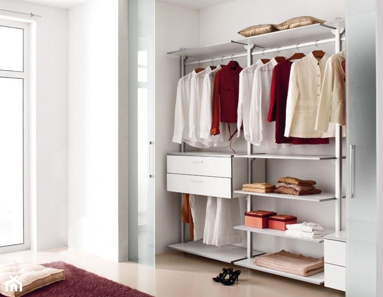 Aranżacje wnętrz - Garderoba: Garderoba - Mała otwarta garderoba przy sypialni, styl włoski - italiastyle. Przeglądaj, dodawaj i zapisuj najlepsze zdjęcia, pomysły i inspiracje designerskie. W bazie mamy już prawie milion fotografii!