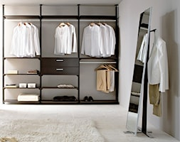 Garderoba - Średnia zamknięta garderoba z oknem, styl włoski - zdjęcie od italiastyle
