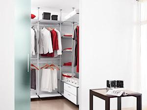 Garderoba - Mała zamknięta garderoba przy sypialni, styl włoski - zdjęcie od italiastyle