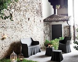 Ogród i taras - Mały taras z przodu domu z tyłu domu, styl włoski - zdjęcie od italiastyle