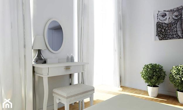 biała toaletka, owalne lustro na ścianie