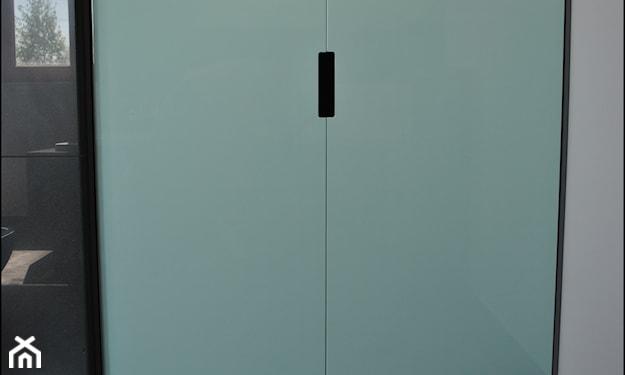 miętowa szafka, biała ściana