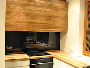 Kuchnia- lakier biały, czarny lacobel + drewno - Mała otwarta biała czarna kuchnia w kształcie litery l z oknem, styl nowoczesny - zdjęcie od Sysło-Projekt