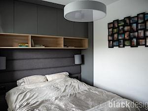Ciepłe mieszkanie / drewno + szarości - Sypialnia, styl skandynawski - zdjęcie od black design