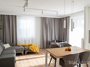 Ciepłe mieszkanie / drewno + szarości - Średni biały salon z kuchnią z jadalnią, styl skandynawski - zdjęcie od black design
