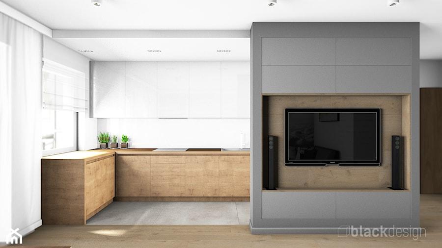 Ściana telewizyjna. Długa, wąska kuchnia półotwarta na salon. - zdjęcie od black design