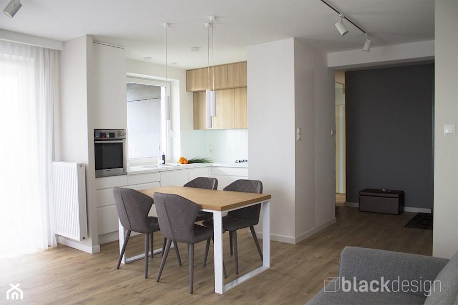 Ciepłe mieszkanie / drewno + szarości - Mała otwarta biała beżowa kuchnia w kształcie litery l w aneksie z oknem, styl skandynawski - zdjęcie od black design