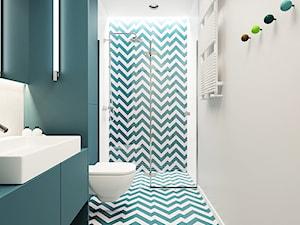 Kolorowa kawalerka - Średnia biała niebieska łazienka w bloku bez okna, styl nowoczesny - zdjęcie od 081 architekci