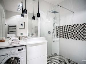 Łazienkowa inspiracja oświetleniowa - Mała łazienka w bloku w domu jednorodzinnym, styl nowoczesny - zdjęcie od =mlamp.pl= | rozświetlamy wnętrza