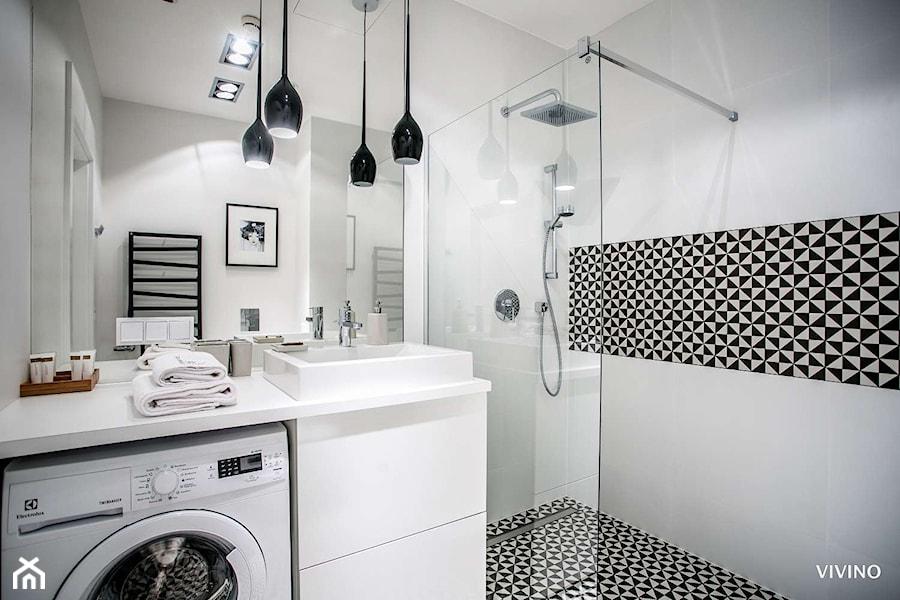Łazienkowa inspiracja oświetleniowa - Mała łazienka w bloku w domu jednorodzinnym, styl nowoczesny - zdjęcie od =mlamp.pl=   rozświetlamy wnętrza