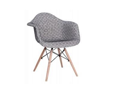 Granatowe Krzesła do salonu – modne wyposażenie wnętrz na Homebook.pl
