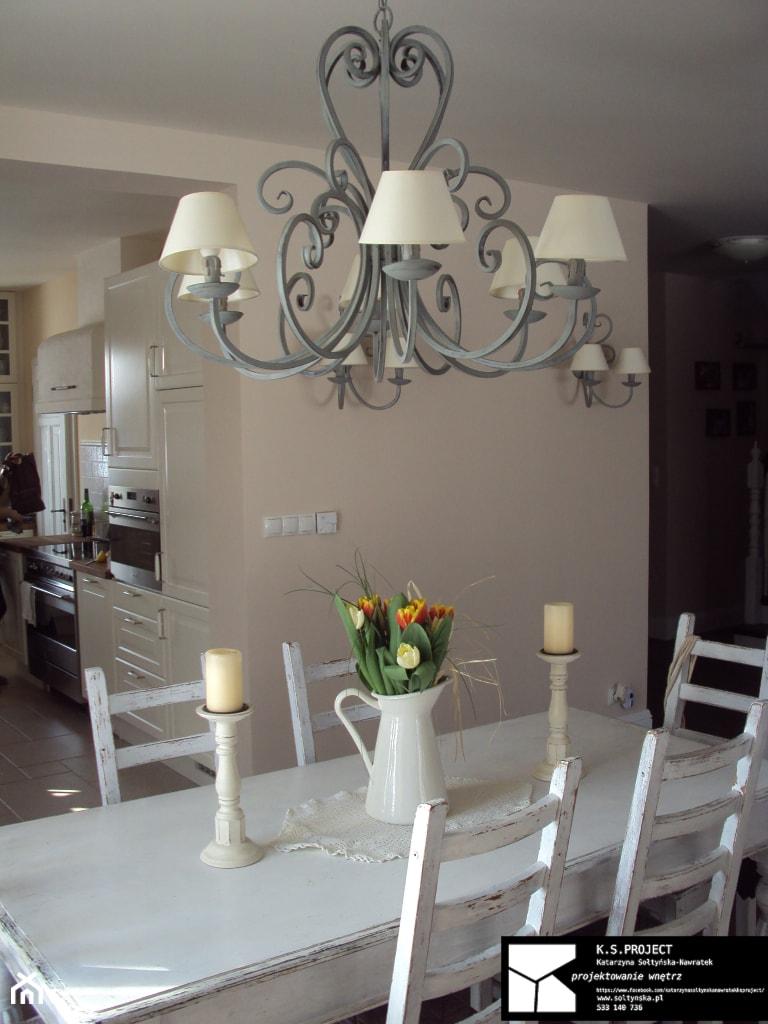 Dom Prowansalski - Średnia otwarta beżowa jadalnia jako osobne pomieszczenie, styl prowansalski - zdjęcie od K.S.Project Katarzyna Sołtyńska-Nawratek