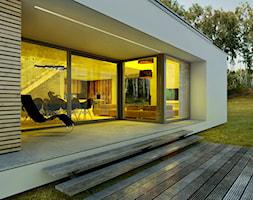 Dom modny - Średni taras z tyłu domu, styl nowoczesny - zdjęcie od DOOMO - Homebook