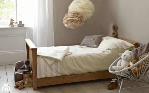 drewniana rama łóżka, szare ściany, białe firany, kremowe lampy wiszące kule