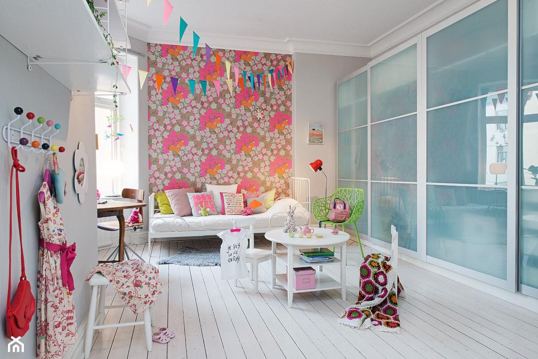 zielone krzesło, łóżko z metalową ramą, kolorowa tapeta, białe panele na podłodze, pokój małej dziewczynki