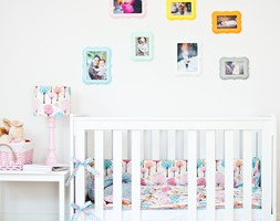Kolorowe ramki w pokoju dziecka - zdjęcie od KiddyFave.com