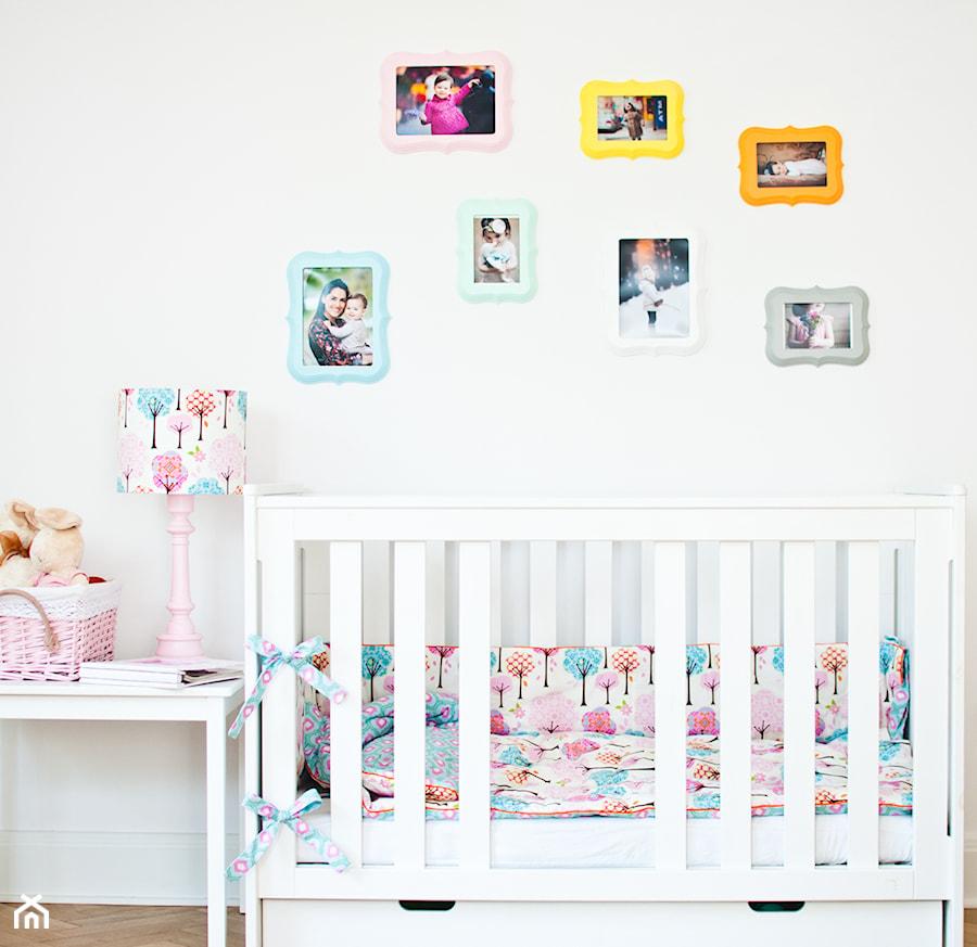 Aranżacje wnętrz - Pokój dziecka: Kolorowe ramki w pokoju dziecka - KiddyFave.com. Przeglądaj, dodawaj i zapisuj najlepsze zdjęcia, pomysły i inspiracje designerskie. W bazie mamy już prawie milion fotografii!