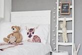 szara ściana, biała drabina dekoracyjna w pokoju dziecka, biała rama łóżka