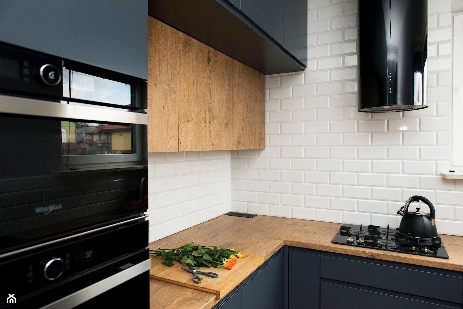 Kuchnia-grafit, biel i drewno - Średnia kuchnia w kształcie litery l, styl nowoczesny - zdjęcie od Renee's Interior Design - Homebook