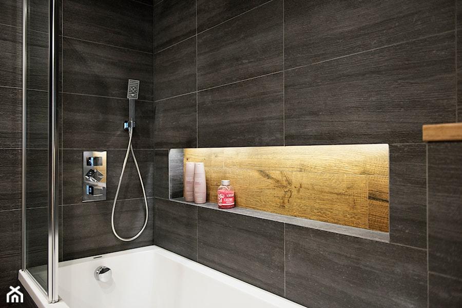 Grafitowo-drewniana łazienka - Mała czarna łazienka na poddaszu w bloku w domu jednorodzinnym bez okna, styl nowoczesny - zdjęcie od Renee's Interior Design