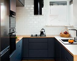 Kuchnia-grafit, biel i drewno - Mała zamknięta biała kuchnia w kształcie litery u z oknem, styl nowoczesny - zdjęcie od Renee's Interior Design
