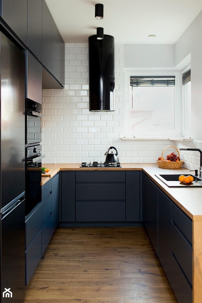 Kuchnia-grafit, biel i drewno - Mała zamknięta biała kuchnia w kształcie litery u z oknem, styl nowoczesny - zdjęcie od Renee's Interior Design - Homebook