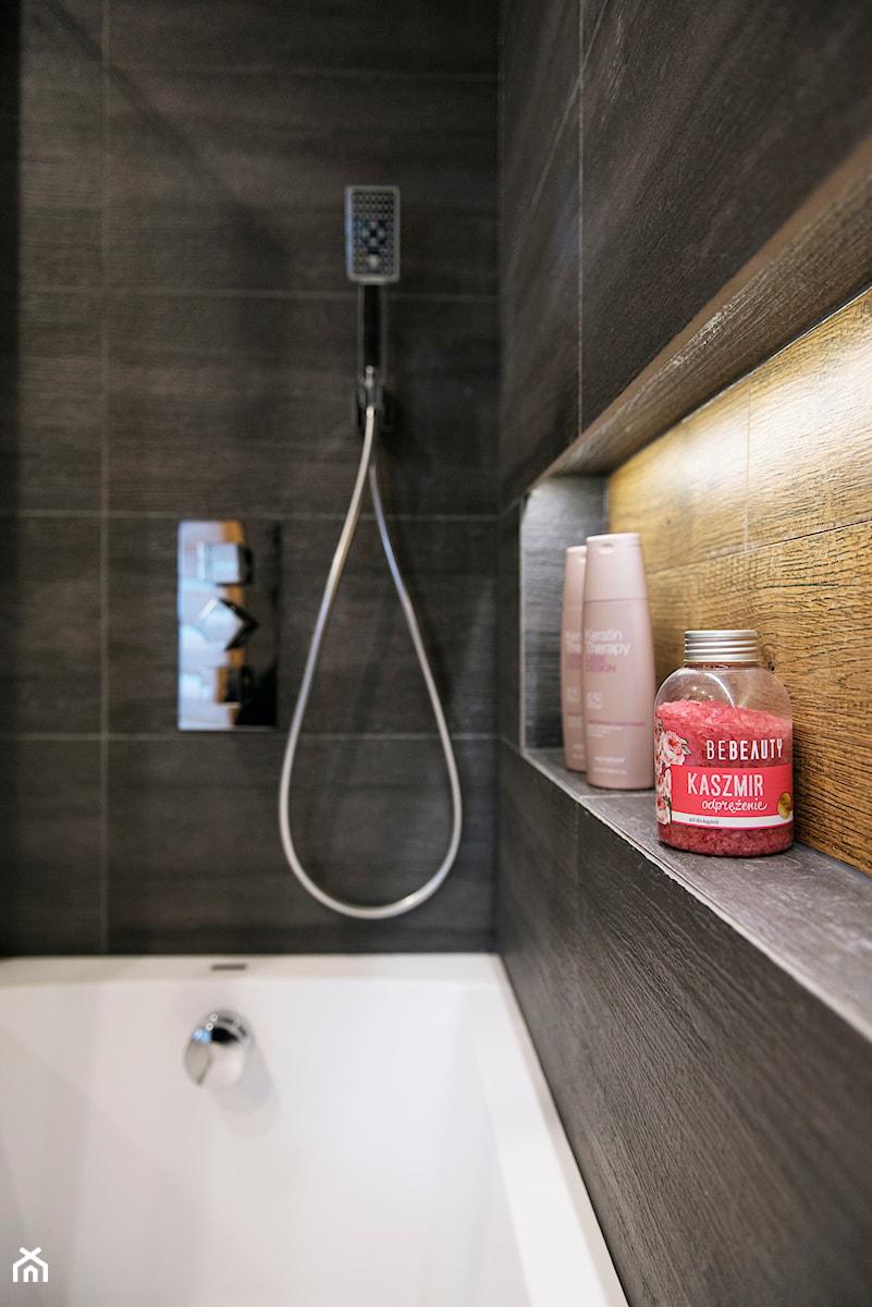 Grafitowo-drewniana łazienka - Mała czarna łazienka w bloku w domu jednorodzinnym bez okna, styl nowoczesny - zdjęcie od Renee's Interior Design