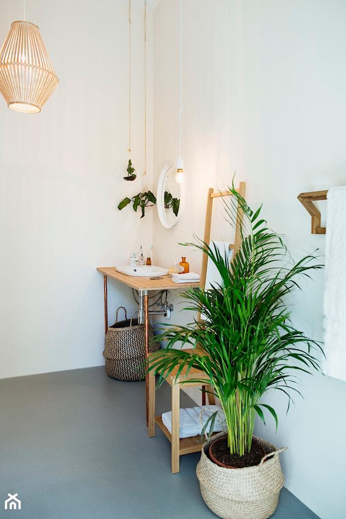 Umiłowanie prostoty - Mała biała łazienka na poddaszu w bloku w domu jednorodzinnym bez okna, styl minimalistyczny - zdjęcie od Renee's Interior Design - Homebook