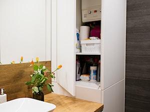 Grafitowo-drewniana łazienka - Mała brązowa łazienka na poddaszu w bloku w domu jednorodzinnym bez okna, styl nowoczesny - zdjęcie od Renee's Interior Design