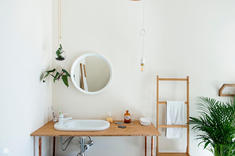 Umiłowanie prostoty - Mała biała łazienka w bloku w domu jednorodzinnym bez okna, styl minimalistyczny - zdjęcie od Renee's Interior Design - Homebook