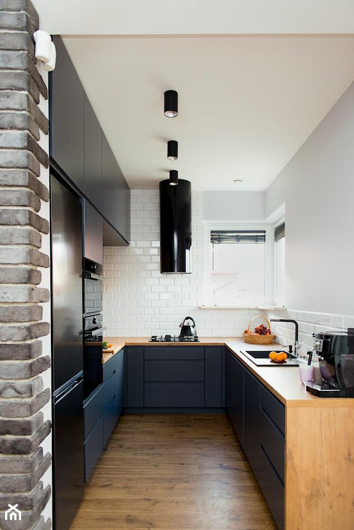 Kuchnia-grafit, biel i drewno - Średnia zamknięta biała kuchnia w kształcie litery u z oknem, styl nowoczesny - zdjęcie od Renee's Interior Design - Homebook