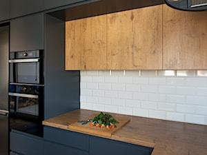 Kuchnia-grafit, biel i drewno - Średnia biała kuchnia w kształcie litery l, styl nowoczesny - zdjęcie od Renee's Interior Design