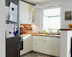 Rodzinnie i kolorowo - Średnia otwarta biała kuchnia w kształcie litery g z oknem, styl tradycyjny - zdjęcie od Renee's Interior Design