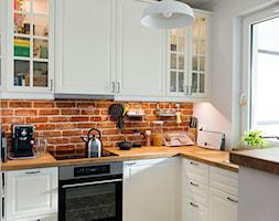 Rodzinnie i kolorowo - Mała otwarta biała kuchnia w kształcie litery u z oknem, styl tradycyjny - zdjęcie od Renee's Interior Design