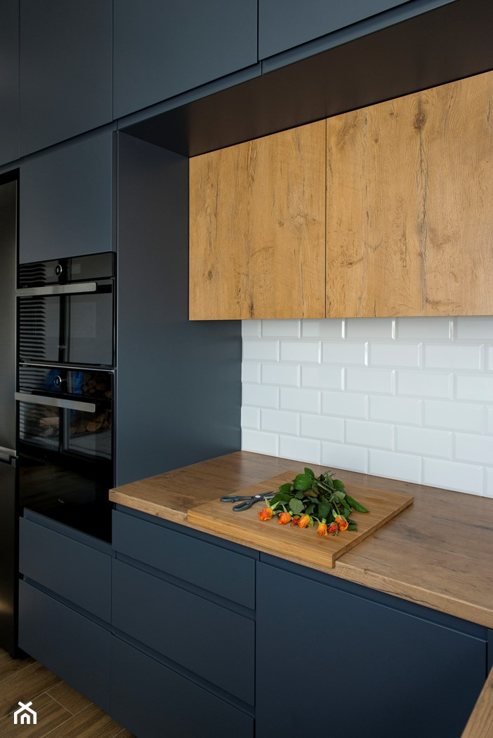 Kuchnia-grafit, biel i drewno - Średnia biała kuchnia jednorzędowa, styl nowoczesny - zdjęcie od Renee's Interior Design - Homebook