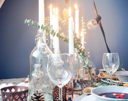 Święta w kolorze aksamitnej zieleni i miedzi - Mała otwarta zamknięta niebieska jadalnia w kuchni w ... - zdjęcie od My Sweet Dreaming Home - Homebook