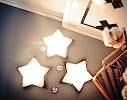 Święta w kolorze aksamitnej zieleni i miedzi - Mały czarny salon, styl skandynawski - zdjęcie od My Sweet Dreaming Home - Homebook