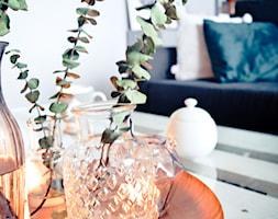 Święta w kolorze aksamitnej zieleni i miedzi - Mały biały salon, styl skandynawski - zdjęcie od My Sweet Dreaming Home - Homebook