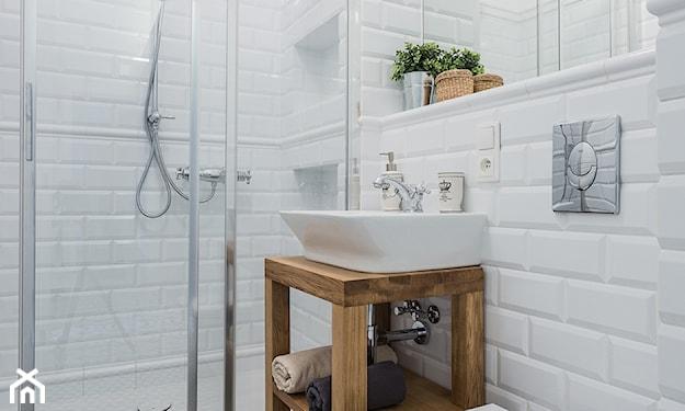 łazienka z prysznicem w stylu skandynawskim z czarno białą podłogą