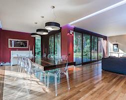 Duża otwarta czerwona jadalnia w salonie, styl nowoczesny - zdjęcie od Michał Młynarczyk - Fotografia wnętrz