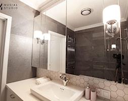 Zdecydowana Ślężna - Mała czarna szara łazienka na poddaszu w bloku w domu jednorodzinnym bez okna, ... - zdjęcie od Musiał Studio - Homebook